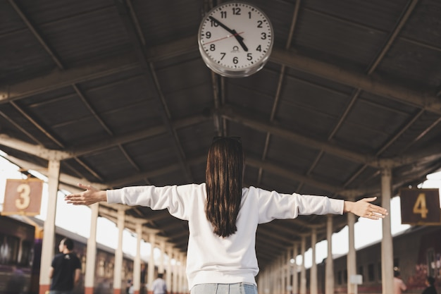 Женщины счастливы во время путешествия на вокзале. концепция туризма Бесплатные Фотографии