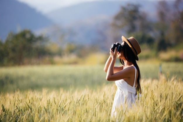 Красивая женщина, которая любит снимать на ячменных полях. Бесплатные Фотографии
