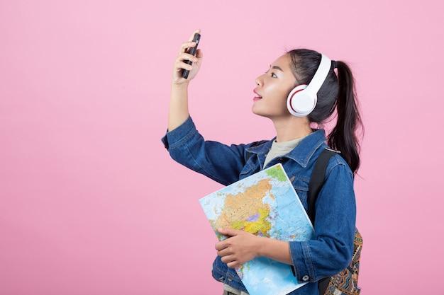 Женские туристы в студии на розовом фоне. Бесплатные Фотографии