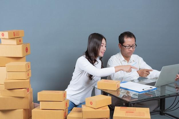 男性と女性が箱を梱包するのを助けています。 無料写真
