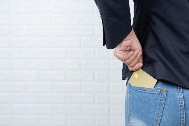 別の現金カード、白いレンガの壁を保持している女性実業家手話でジェスチャーをした。 無料写真