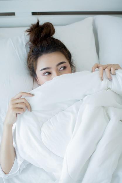Красивая молодая женщина, лежа в кровати и спать. Бесплатные Фотографии