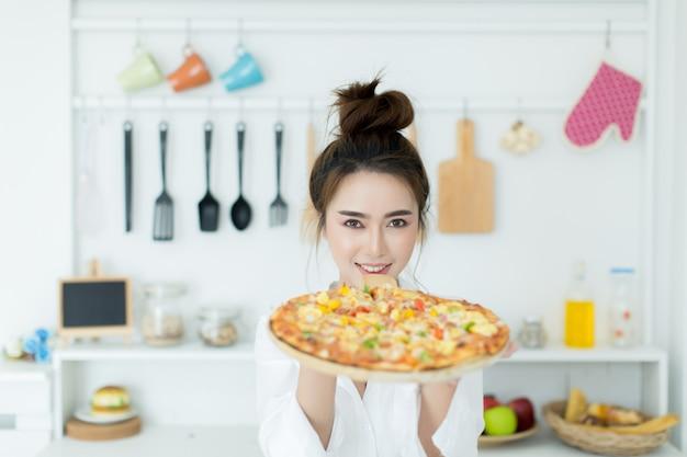 ピザを楽しむ女性 無料写真