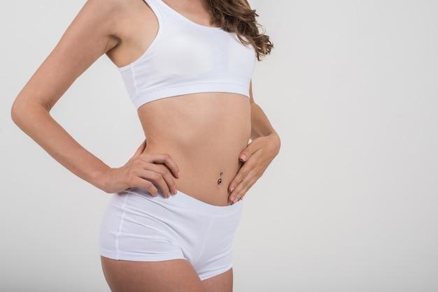 Красивая женщина с здоровым телом на белом фоне Бесплатные Фотографии