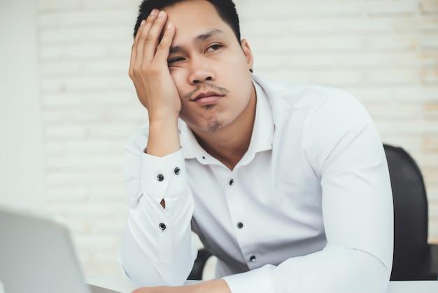 Красивый молодой деловой человек с рабочим местом в творческом офисе Бесплатные Фотографии