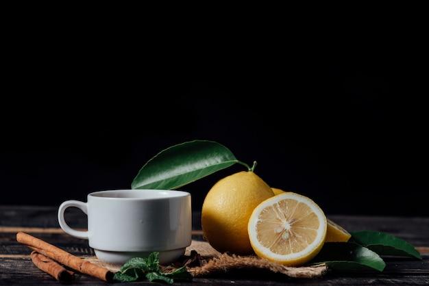 レモン、まな板の上のスライスされたレモンとお茶のグラス 無料写真