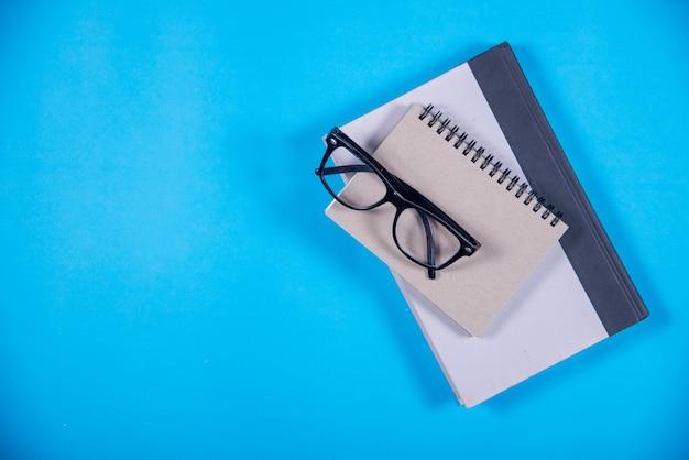 Книга на столе, концепция образования Бесплатные Фотографии