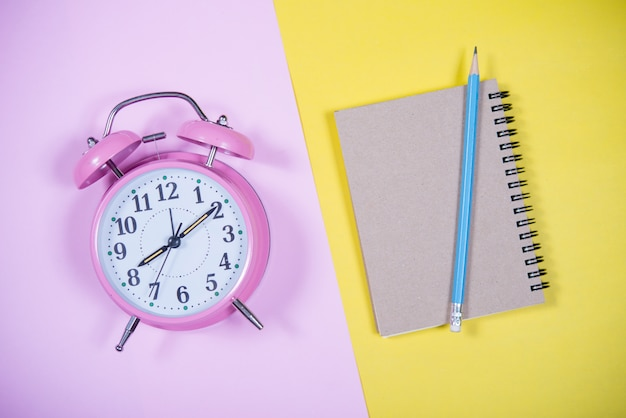 カラフルな背景、教育理念のピンクの時計 無料写真