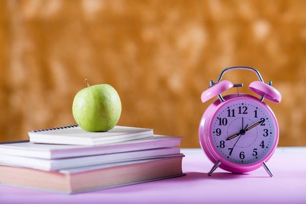 机の上の本、教育の概念 無料写真