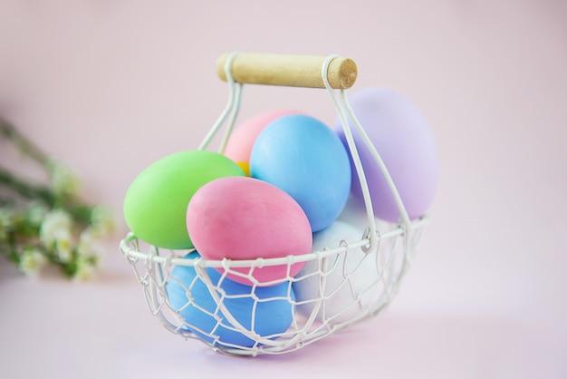 Сладкие красочные пасхальные яйца фон - концепции национального праздника Бесплатные Фотографии