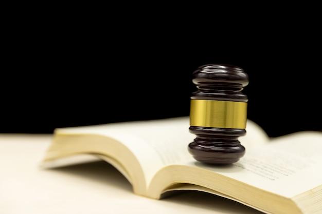 本と木製のテーブル上の裁判官小槌。法と正義の概念の背景。 無料写真