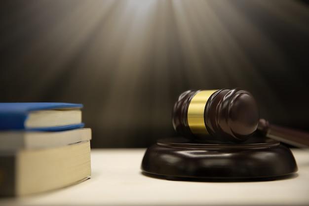 Молоток и книга судей на деревянном столе. закон и справедливость концепции фон. Бесплатные Фотографии