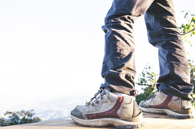 山の砂漠のトレイルパスでアクションでハイキングシューズ。男性ハイカーシューズのクローズアップ。 無料写真