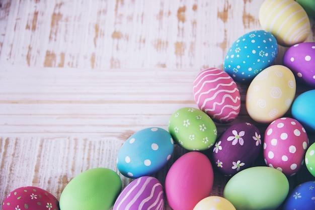 カラフルなイースターエッグの背景 - イースター休日のお祝いの背景の概念を描いた 無料写真