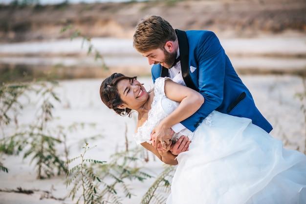 アジアの花嫁と白人の新郎はロマンスの時間と一緒に幸せ 無料写真