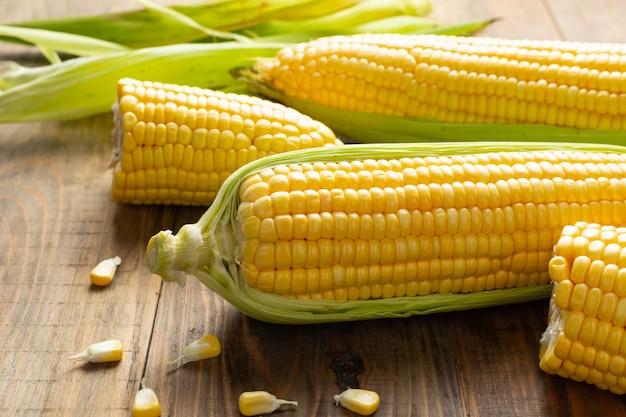 Свежая кукуруза на деревянный стол. Бесплатные Фотографии