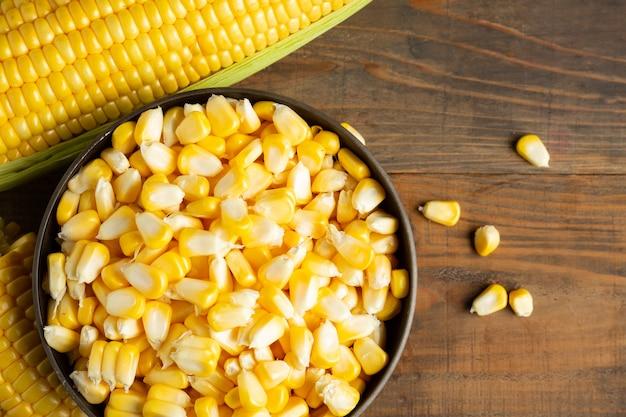 Семена и сладкая кукуруза на деревянный стол. Бесплатные Фотографии