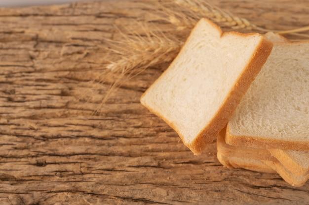 古い木の床の木のテーブルでパンします。 無料写真