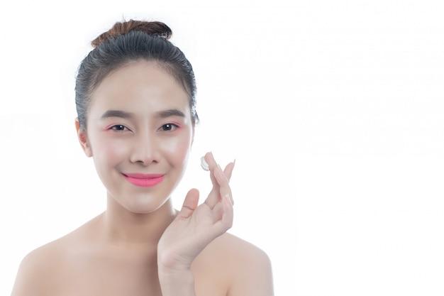 幸せな笑顔と美しい若い女性表情と手でジェスチャー、美しさの概念とスパ 無料写真