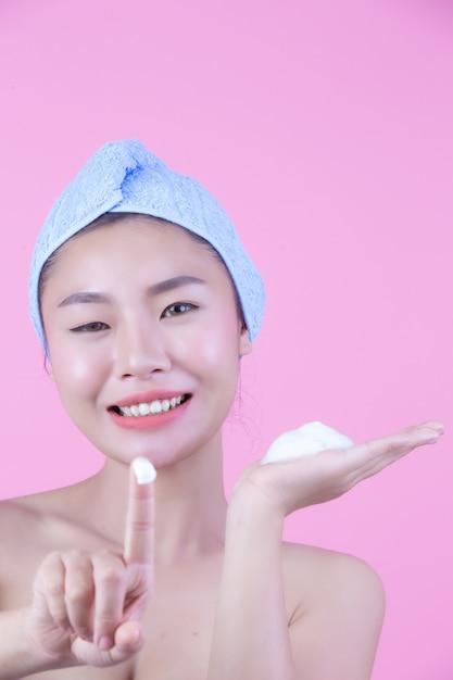 清潔でさわやかな肌を持つ若い女性アジアは自身の顔、表情豊かな表情、美容とスパに触れます。 無料写真