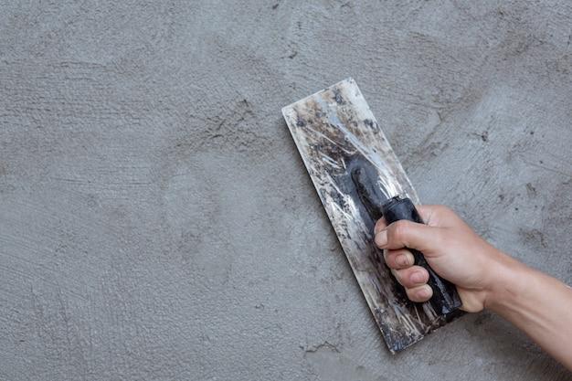 Штукатур ремонтирует внутренние стены. Бесплатные Фотографии