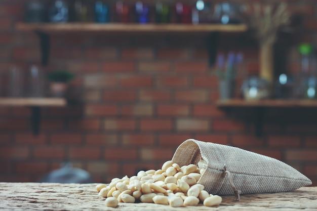 台所で木製の背景にピーナッツの種 無料写真