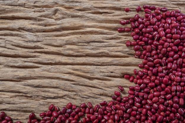 台所で木製の背景に小豆の種 無料写真