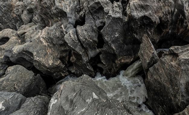 岩層の間に出てくる水の噴出口 Premium写真