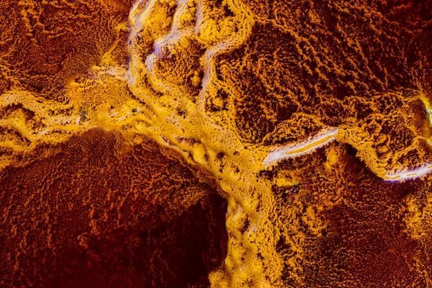 ミネラルで赤い水に囲まれた黄色いストロマトライト Premium写真