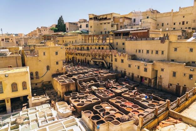 フェズの皮なめし、革、モロッコ、アフリカのカラーペイントのパノラマビュー Premium写真