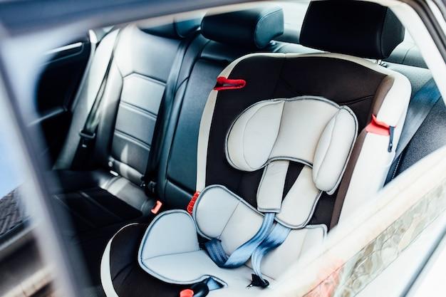 車の中で赤ちゃんのための安全アームチェア。子供、快適。 Premium写真