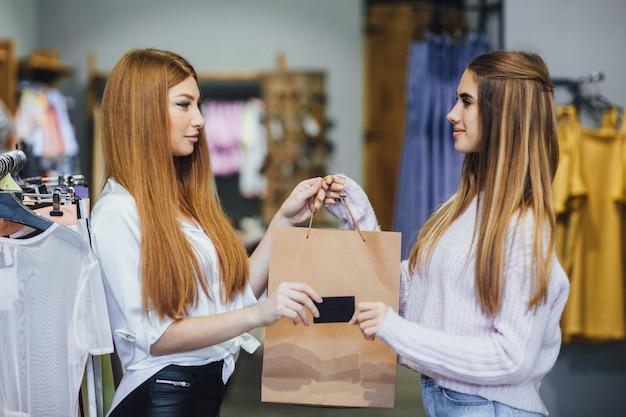 美しい少女はクレジットカードで買い物 Premium写真