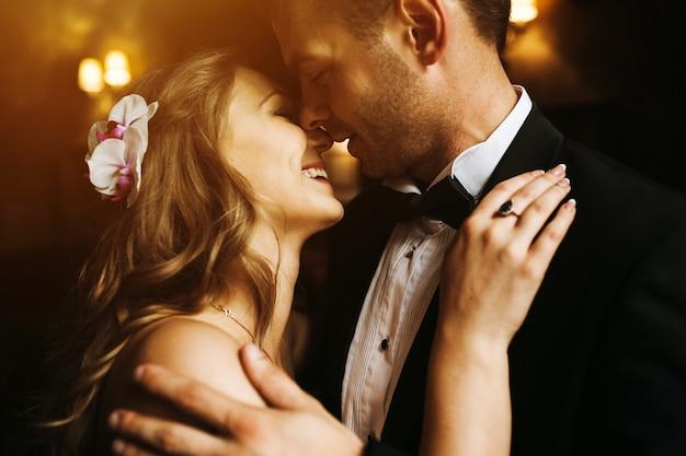 新婚夫婦は、お互いの顔を見て、笑顔 無料写真