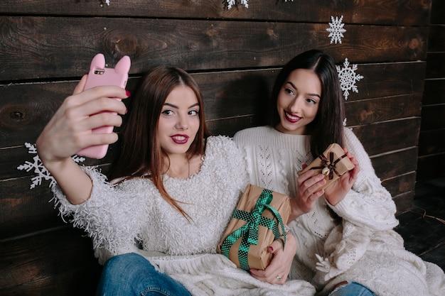 クリスマスの贈り物には写真を撮ると幸せな女の子 無料写真