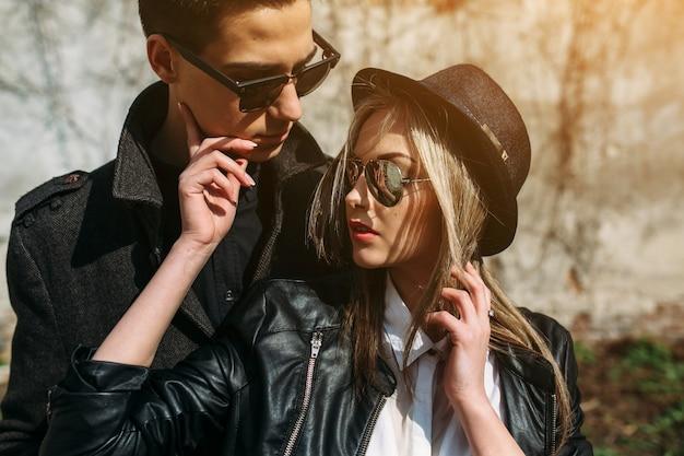 サングラスと帽子でカップル 無料写真