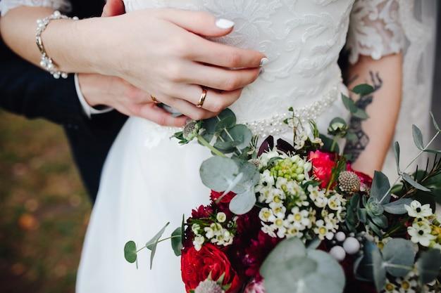 手を取っている新郎と花嫁 無料写真