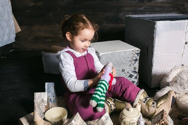 手作りの家で遊んで愛らしい女の子 無料写真