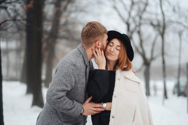 男と女は冬の森で休んでいます。 無料写真