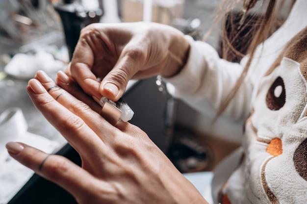 Клиент пробует кольца в руке в ювелирной мастерской Бесплатные Фотографии