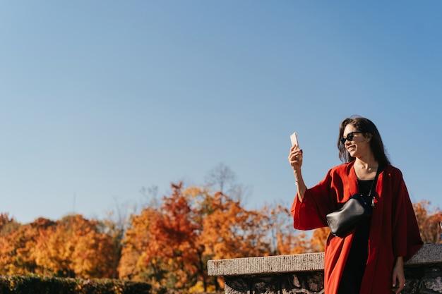 秋の公園で美しい女性のファッションの肖像画 無料写真