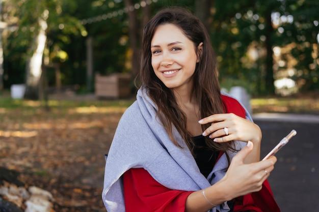 スマートフォンを持つ少女の肖像写真 無料写真