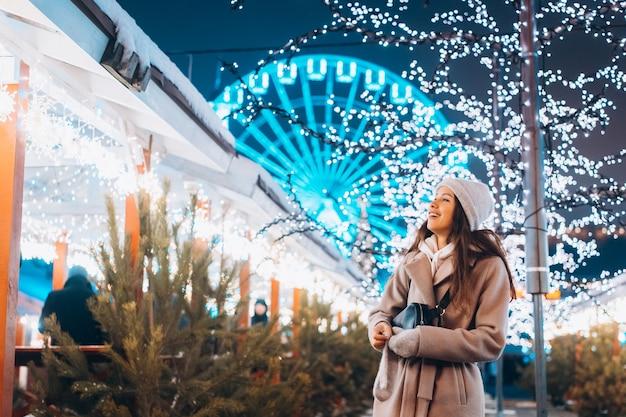 装飾された木の背景にポーズの女の子 無料写真