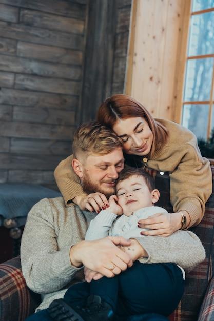 Мама, папа и маленький сын проводят время вместе Бесплатные Фотографии