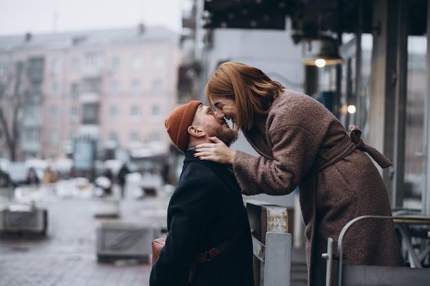 大人の愛情のあるカップルが路上でキス 無料写真