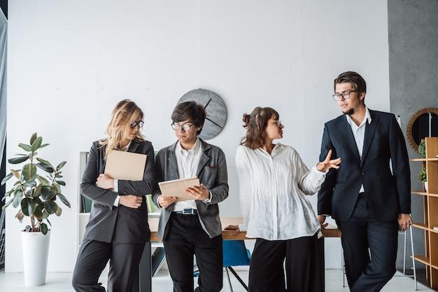 議論するオフィスに立っているビジネス人々 無料写真