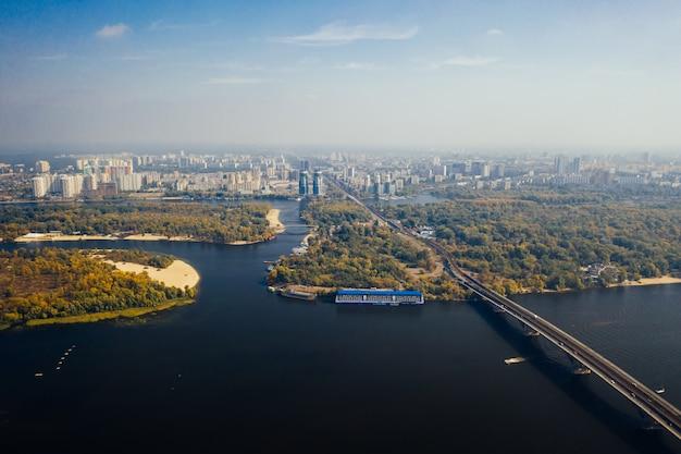 キエフの橋を渡る飛行。空撮 無料写真