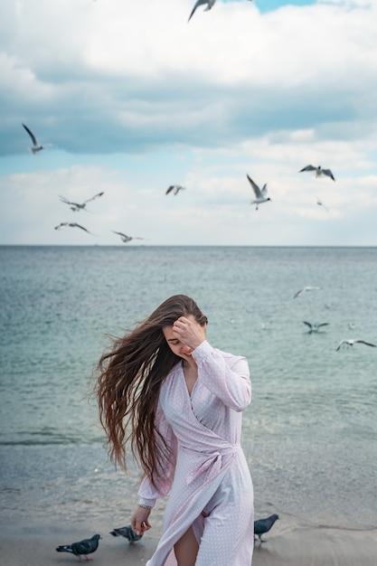 ビーチを歩いて美しい珍しい女性 無料写真