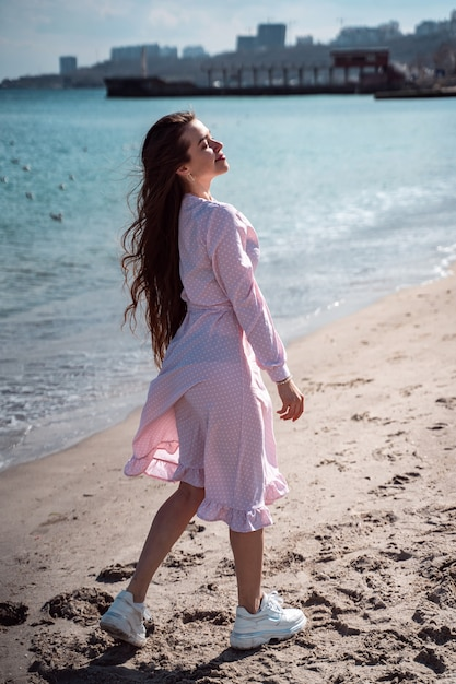 ビーチの上を歩く美しい女性 無料写真