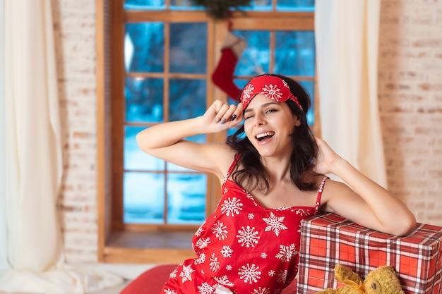 ギフトボックスとパジャマで美しい女性 無料写真