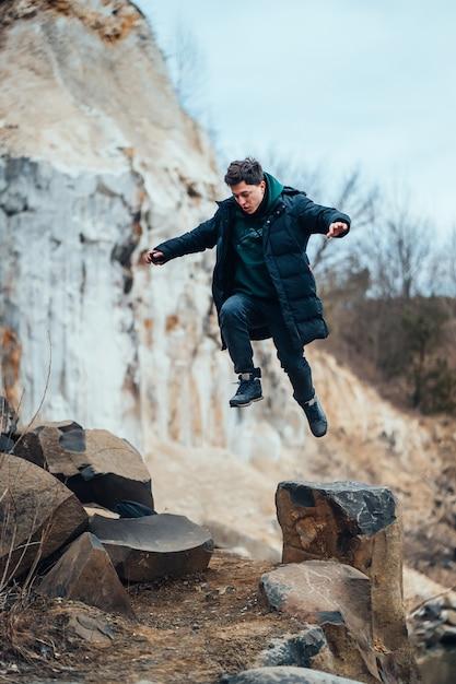Человек позирует и прыгает в карьере Бесплатные Фотографии